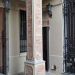 Colonna rivestita in finti mattoni