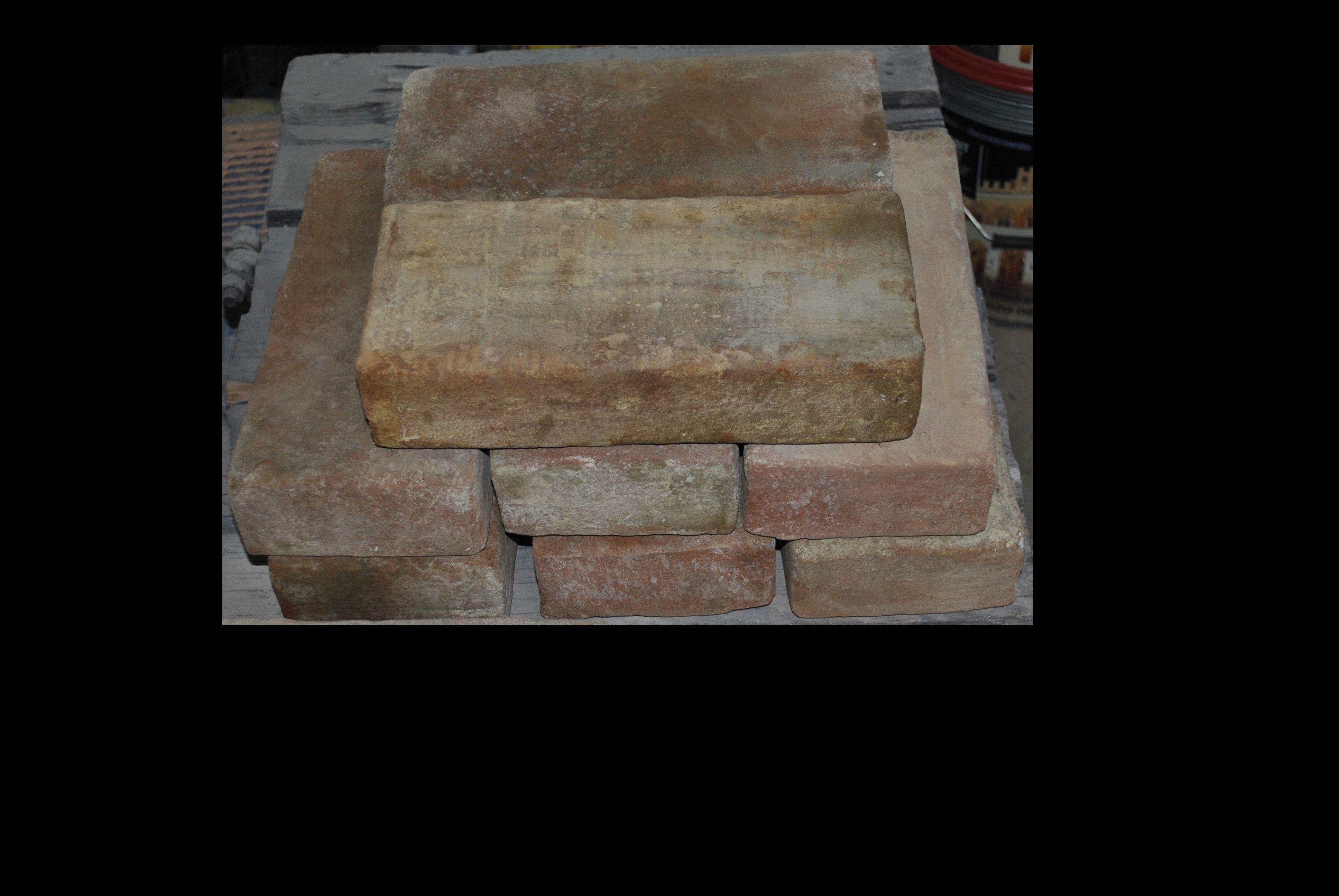 Finti mattoni in polistirolo ricoperti in malta cementizia.