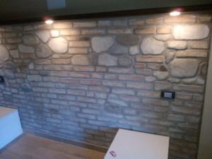 Finti sassi e finti mattoni su parete interna