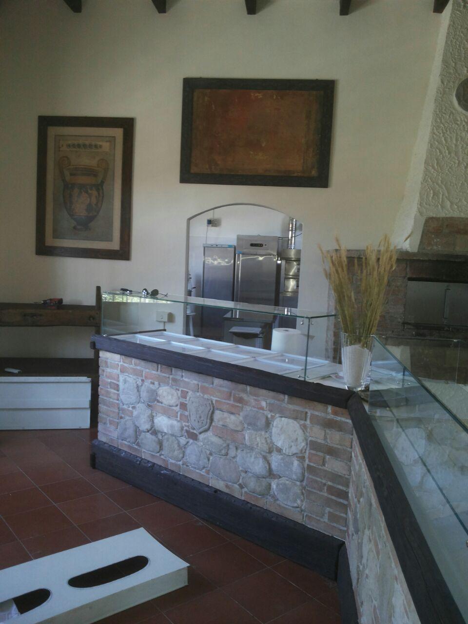 Bancone pizzeria realizzato in finta pietra faccia a vista