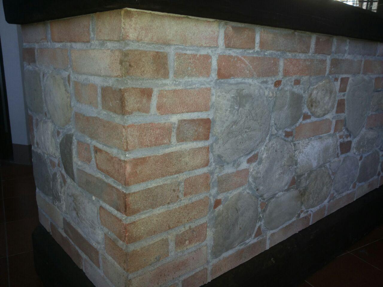 Bancone realizzato in finti mattoni/pietre faccia a vista