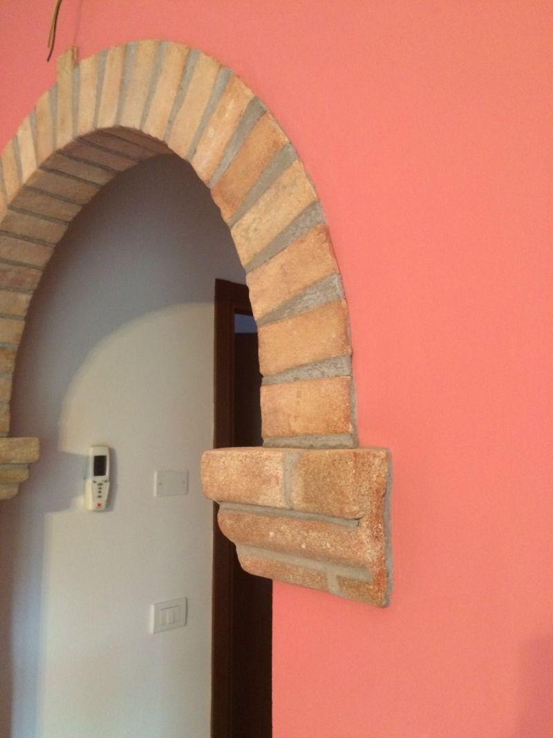 Arco di mattoncini e capitelli