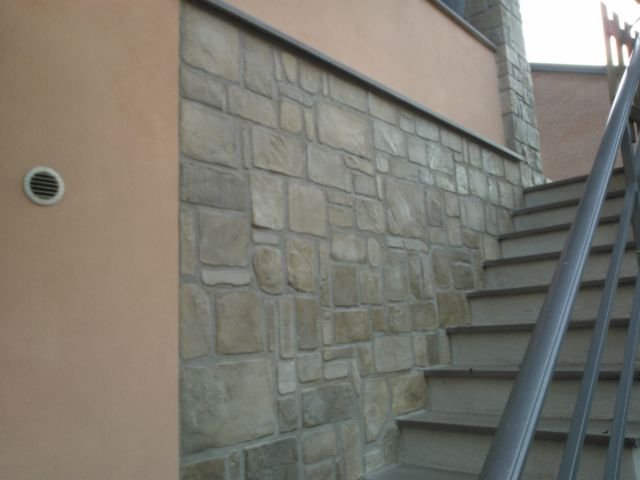 Porzione di parete esterna in finta pietra in finti sassi