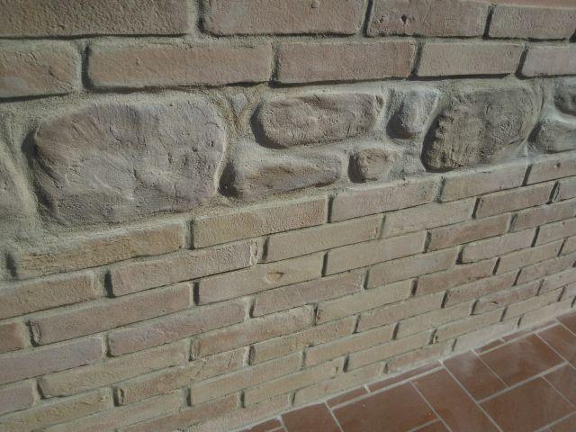 Zoccolo esterno eseguito in finti mattoni e finti sassi