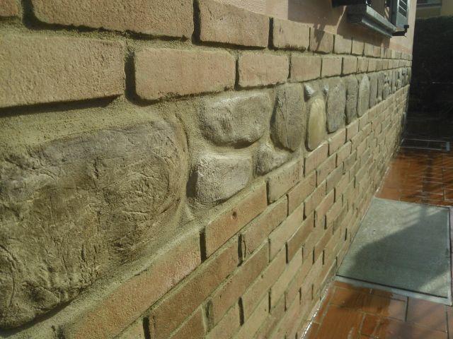 Zoccolo esterno rivestito con finti mattoni,pietre