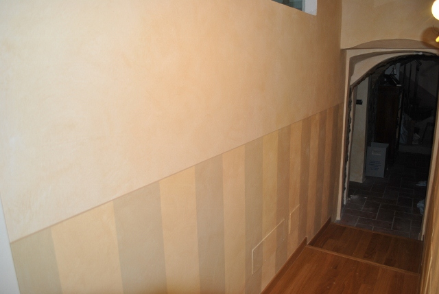 parete a strisce : Parete con zoccolatura a strisce